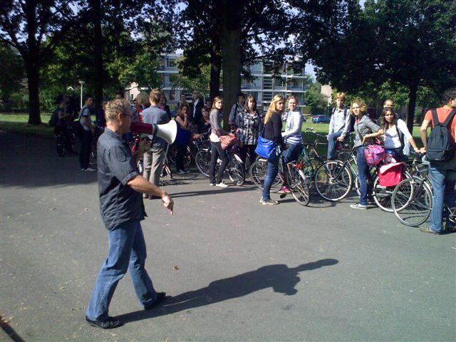groep studenten met fiets op excursie