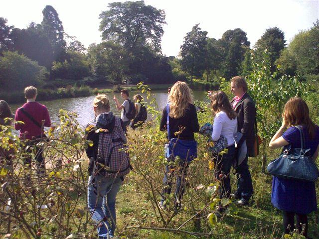 studenten langs weg tijdens excursie