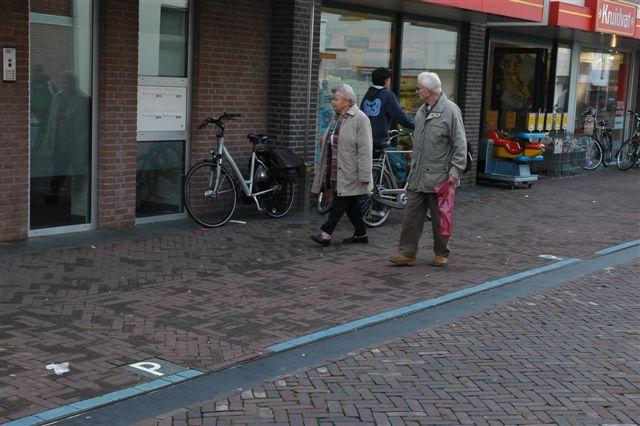 foto hoe de parkeerplaatsen subtiel zijn aangegeven in het straatbeeld